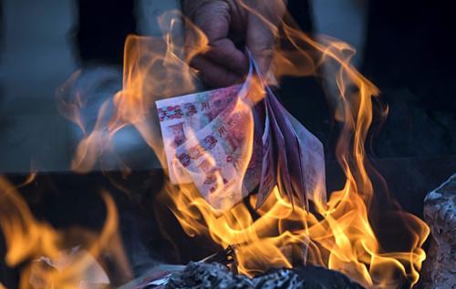 Tiền âm phủ bán tại Trung Quốc ngày càng giống tiền thật. Ảnh: Bloomberg