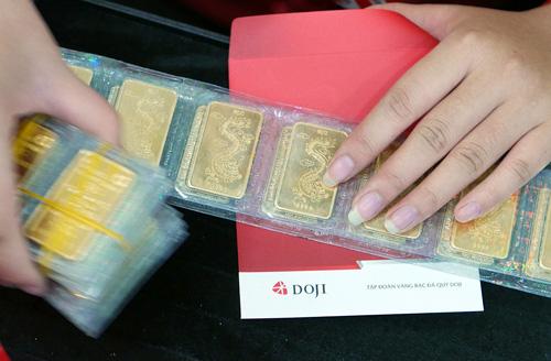 Giá vàng miếng trong nước hiện cao hơn thế giới khoảng 200.000 đồng mỗi lượng.